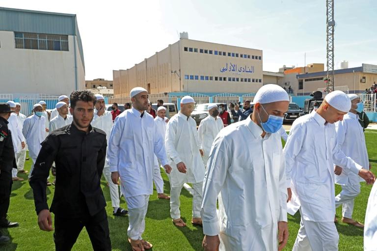 Des prisonniers de guerre, fidèles aux forces de l'homme fort de l'armée libyenne khalifa Haftar, à leur libération par le nouveau gouvernement d'unité libyenne le 31 mars 2021 dans la ville portuaire de Zawiya