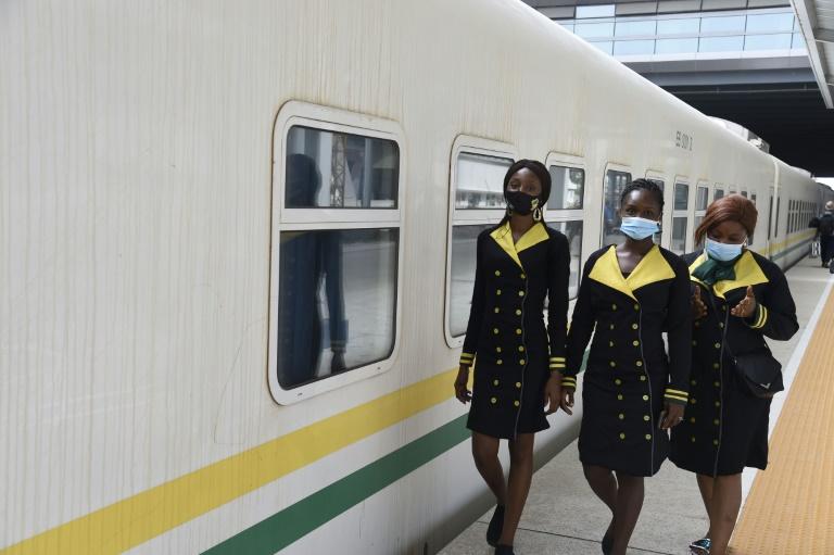 Des hôtesses s'apprêtent à embarquer dans le train reliant la capitale économique du Nigeria, Lagos, à la ville d'Ibadan, à la gare d'Ebute-Metta de Lagos, le 16 mars 2021