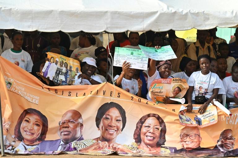 Des partisans du Rassemblement des houphouëtistes pour la démocratie et la paix (RHDP), parti du président ivoirien Alassane Ouattara, durant un meeting de campagne pour les législatives en Côte d'Ivoire, à Abidjan le 1er mars 2021