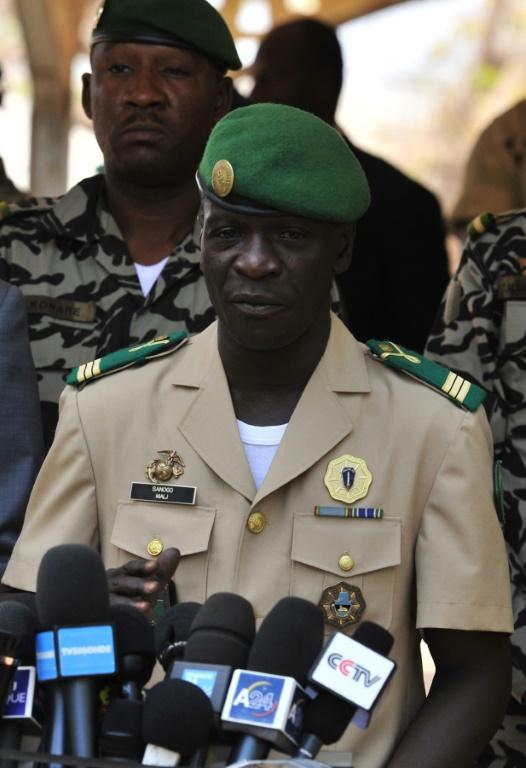 Le capitaine Amadou Sanogo devant la presse au camp militaire de Kati, le 1er avril 2012