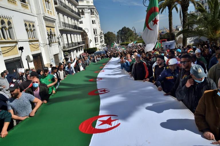 Des manifestants du nouvement pro-démocratie Hirak à Alger, le 26 mars 2021
