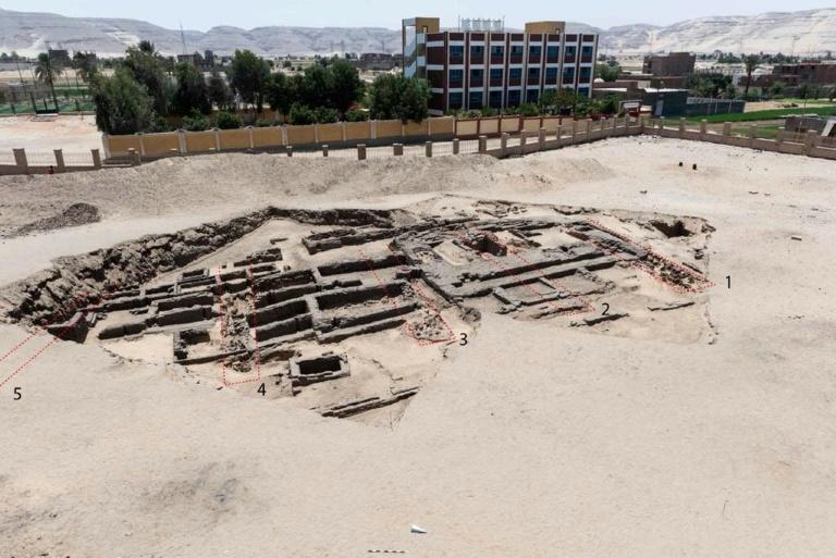 Photo fournie par le ministère égyptien du Tourisme le 13 février 2021 d'un site de fabrication de bière, sur le site archéologique d'Abydos