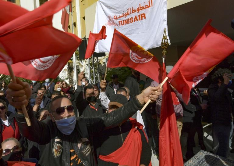 Des salariés de Tunisair manifestent devant le siège de la compagnie aérienne, le 19 février 2021 à Tunis