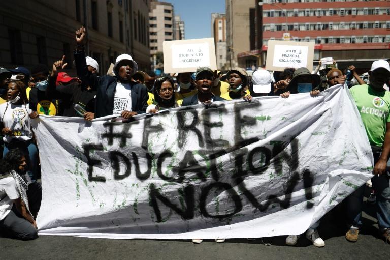 Des étudiants appartenant au Congrés national africain (ANC), au pouvoir en Afrique du Sud, manifestent devant le siège du parti à Johannesburg, le 11 mars 2021