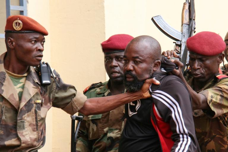Le député Alfred Yekatom (C) arrêté par des militaires centrafricains le 29 octobre 2018 à Bangui