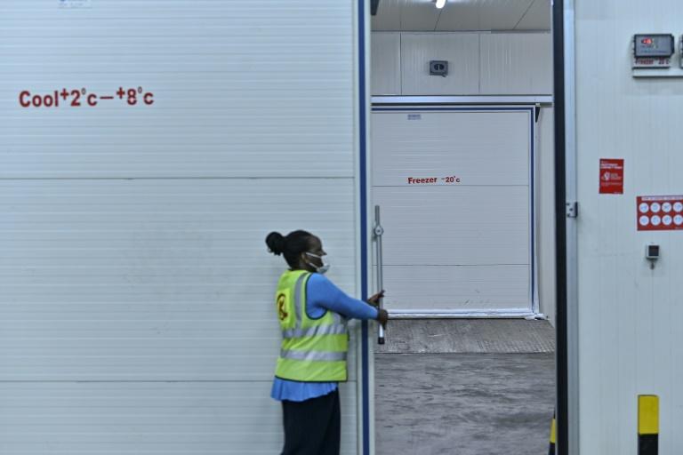 Une responsable de la compagnie Kenya Airways, Nancy Adembo, ouvre une chambre froide destinée au stockage de vaccins anti-Covid à l'aéroport internationa Jomo Kenyatta de Nairobi, le 11 février 2021