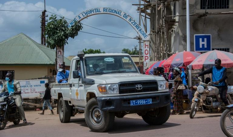 Des personnels médicaux quittent l'hôpital de Nzérékoré, le 24 février 2021 en Guinée