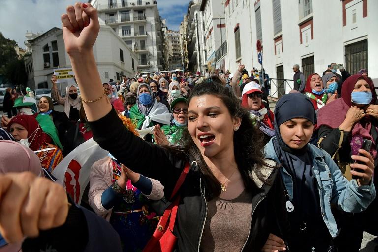 Des centaines de femmes manifestent à Alger dans le cadre de la Journée internationale des droits des femmes mais aussi dans la continuité du mouvement pro-démocratie du Hirak en plein regain, 8 mars 2021