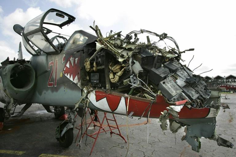Un des deux Sukhoï-25 de l'aviation ivoirienne mis hors de combat par l'armée française lors des représailles au bombardement du camp de Bouaké, qui a coûté la vie à neuf militaires français, à l'aéroport de Yamoussoukro le 13 novembre 2004