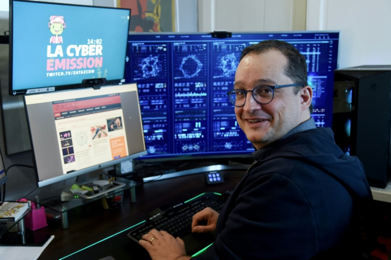 Le journaliste Damien Bancal devant ses écrans d'ordinateur, le 9 mars 2021 chez lui à Seclin, près de Lille