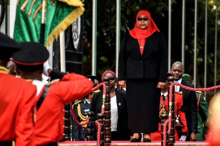 La nouvelle présidente tanzanienne Samia Suluhu Hassan pendant une revue des troupes, à Dar es Salaam le 19 mars 2021