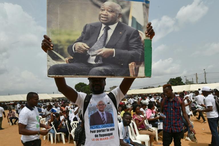 Un partisan de l'ex-président Laurent Gbagbo brandit un poster de son champion, le 27 février à Abidjan.