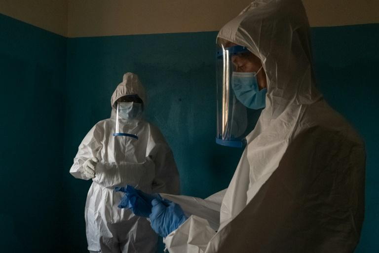 Des membres d'une équipe chargée de suivre un foyer de peste en Ituri, dans le nord-est de la République démocratique du Congo, le 26 février 2021