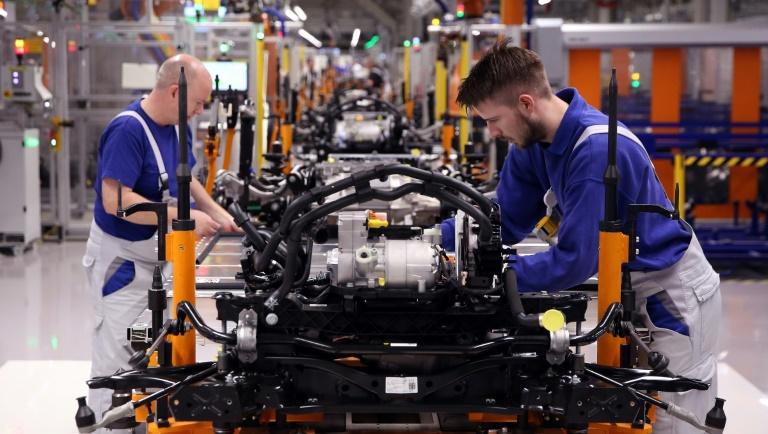 Assemblage d'un châssis de la voiture électrique ID.3 comprenant une batterie, à l'usine Volkswagen de Zwickau, dans l'est de l'Allemagne, le 25 février 2020