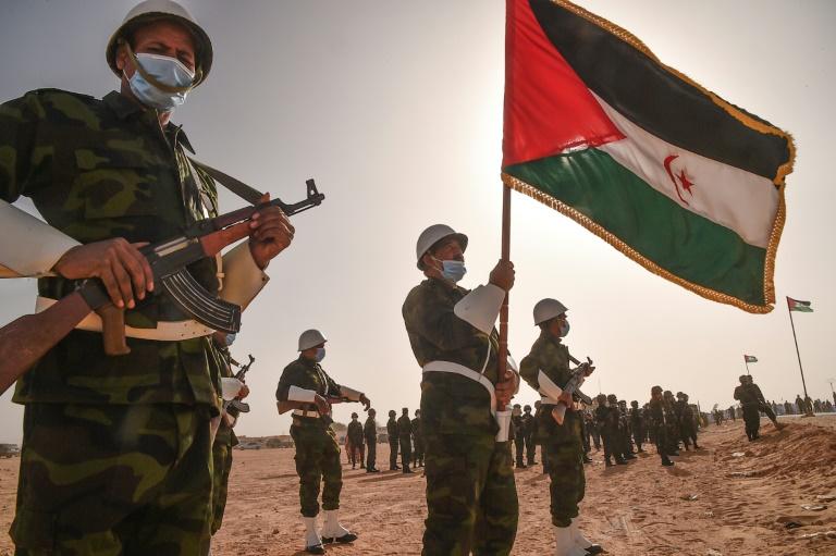 Des soldats sarahouis paradent lors des célébrations du 45e anniversaire de la République arabe sahraouie démocratique, près de la ville algérienne de Tindouf, le 27 février 2021