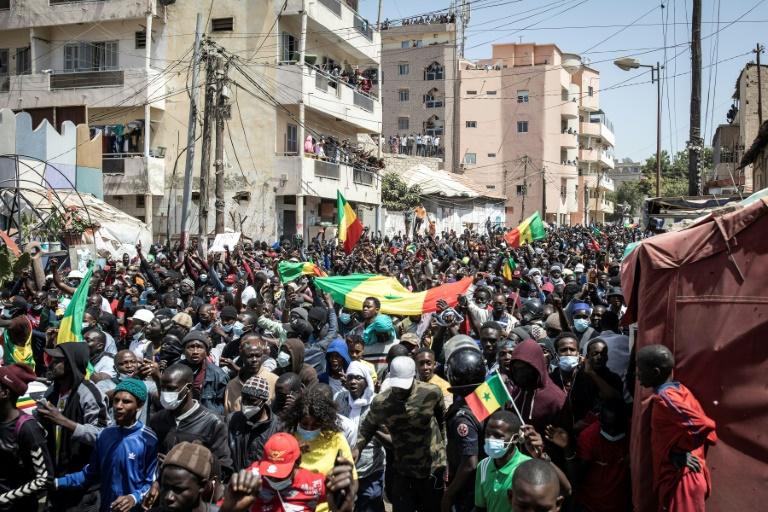 Des partisans d'Ousmane Sonko, principal opposant au Sénégal, manifestent à Dakar, après son inculpation pour viol le 8 mars 2021