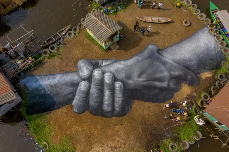 Une vue aérienne de l'oeuvre de l'artiste Saype, de son vrai nom Guillaume Legros, à Ganvié au Bénin, le 2 mars 2021.