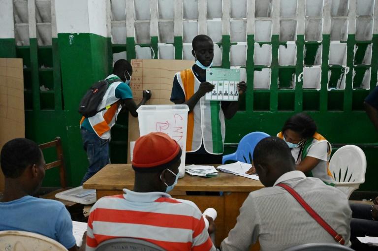 Des membres de la Commission électorale indépendante (CEI) comptent les bulletins de vote lors des législatives, le 6 mars 2021 à Abidjan, en Côte d'Ivoire