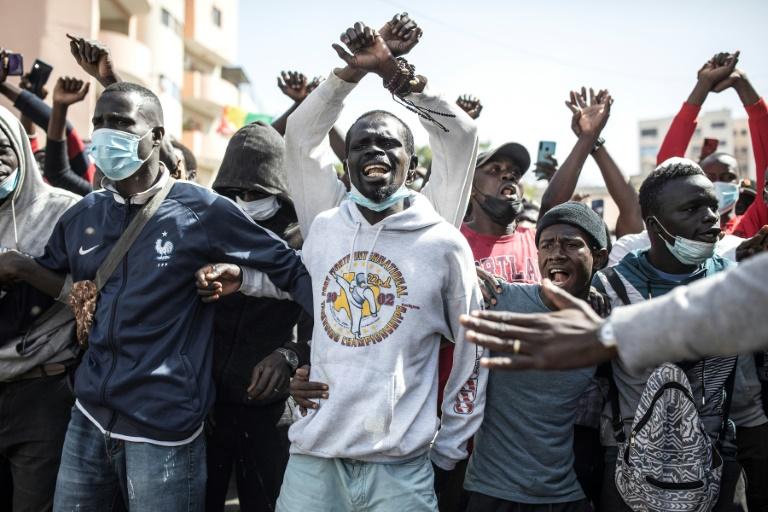 Des partisans de l'opposant sénégalais, Ousmane Sonko, se rassemblent devant le palais de justice à Dakar pour demander sa libération, le 8 mars 2021